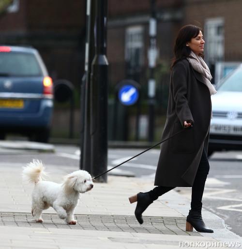 Натали Имбрулья на прогулке с собакой