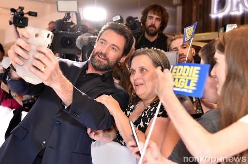 Хью Джекан с женой прибыл на премьеру фильма «Эдди «Орел» в Мельбурне
