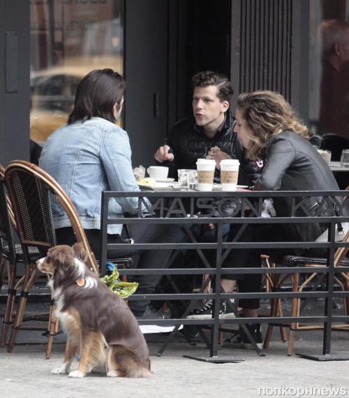 Джесси Айзенберг пообедал с Себастианом Стэном и его девушкой