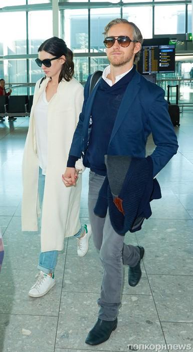 Энн Хэтэуэй и Адам Шульман в аэропорту Хитроу