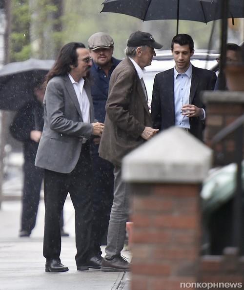 Леонардо ДиКаприо замечен у входа в ресторан с отцом и друзьями