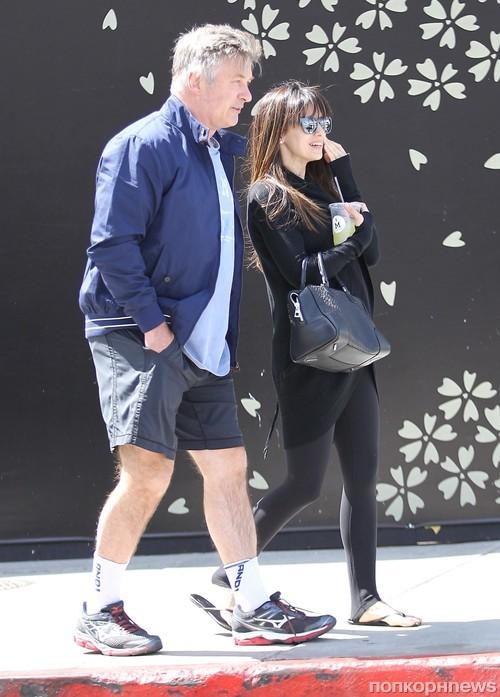 Алек и Хилария Болдуин на прогулке в Беверли-Хиллз