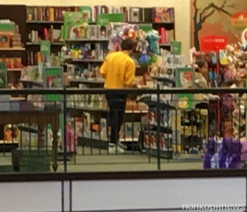 Луи Томлинсон в магазине со своим маленьким сыном