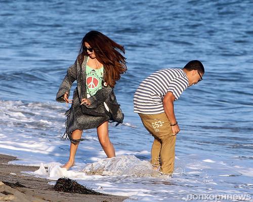 Девушка в шубе на пляже