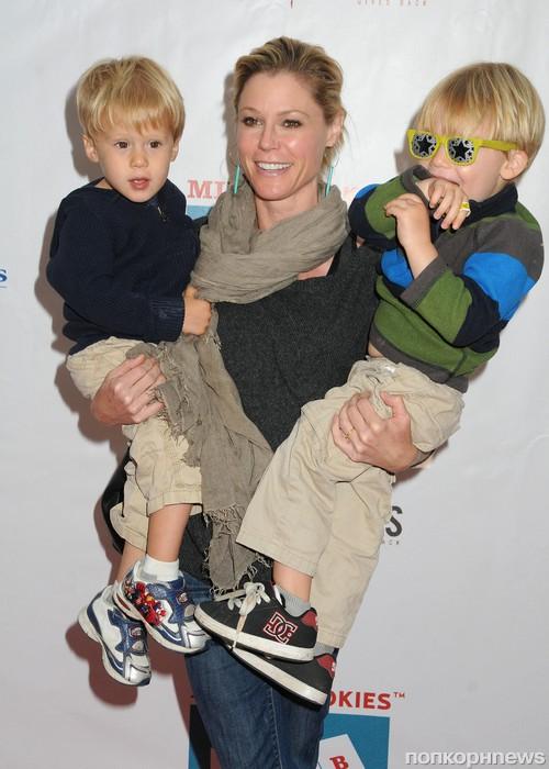 Джули Боуэн с детьми
