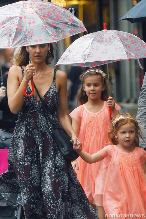 Джессика Альба с дочкой попали под дождь
