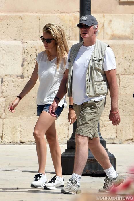 Ричард Гир и его девушка осматривают достопримечательности Рима