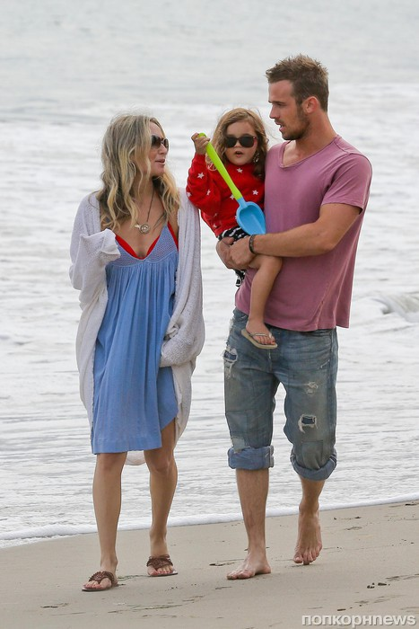 Кэм Жиганде с женой и дочкой