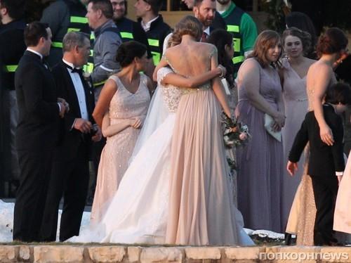 Тейлор Свифт побывала на свадьбе близкой подруги