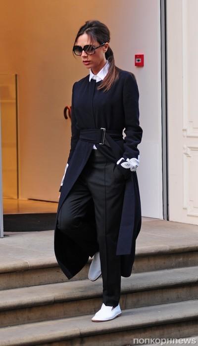 Стильная Виктория Бекхэм покидает свой магазин в Лондоне