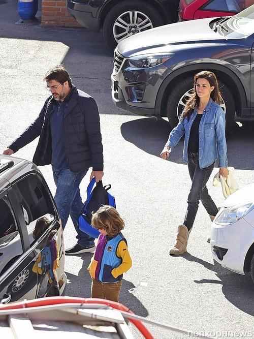 Хавьер Бардем, Пенелопа Крус и их сын покидают больницу в Мадриде
