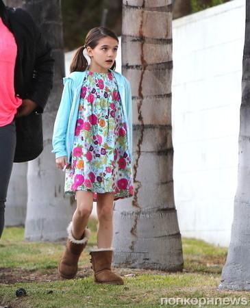 Сури Круз, дочь Тома Круза и Кэти Холмс, на прогулке с няней