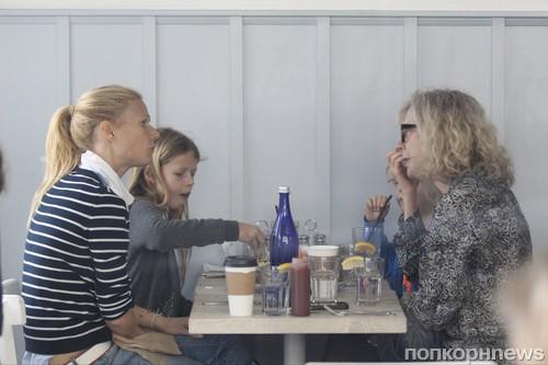 Гвинет Пэлтроу отправилась на ланч с мамой и детьми
