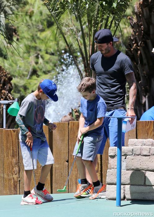 Дэвид Бекхэм с сыновьями играет в мини-гольф