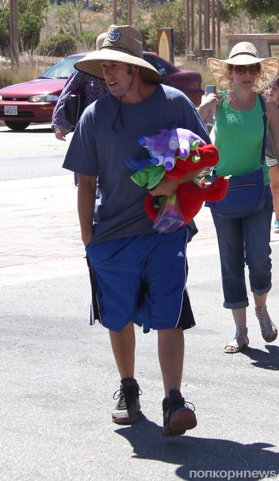 Адам Сэндлер на прогулке с женой и детьми