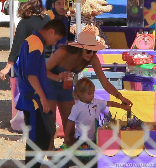 Алессандра Амбросио с детьми на ярмарке