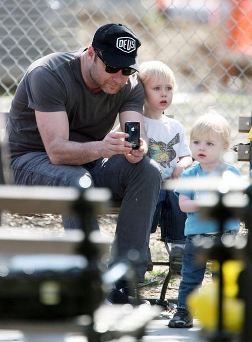 Лив Шрайбер с детьми