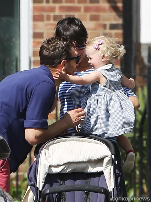 Джейми Дорнан на прогулке с женой и дочкой