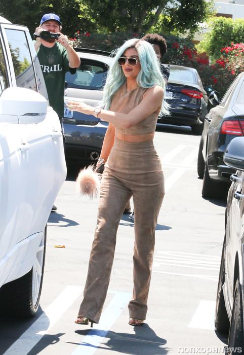 Кайли Дженнер покидает ресторан в Лос-Анджелесе