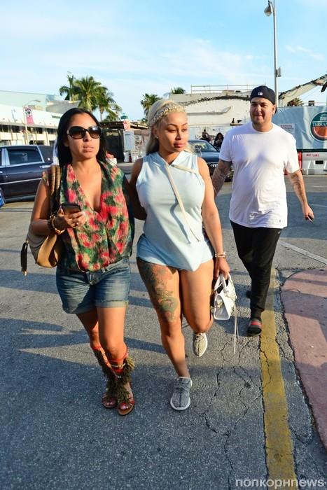 Роб Кардашьян и беременная Блэк Чайна покидают ресторан после ужина с друзьями