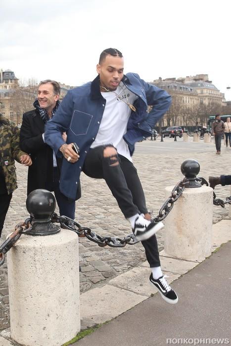 Крис Браун прилетел на гастроли в Париж