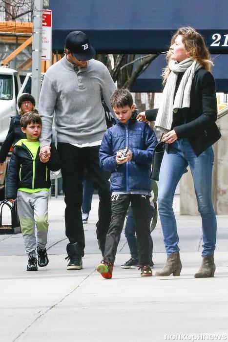 Жизель Бундхен и Том Брэди на прогулке с детьми