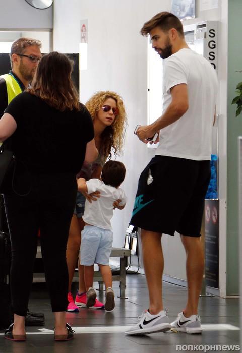 Шакира и Жерар Пике со своими детьми в аэропорту Барселоны