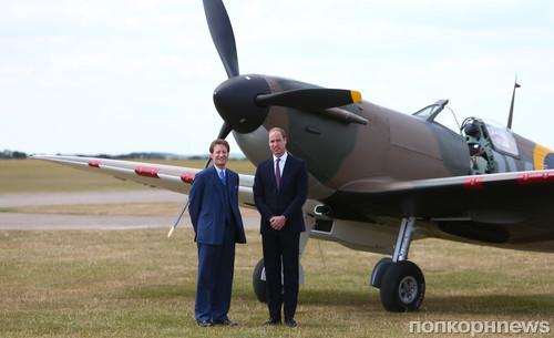 Принц Уильям осматривает реконструированный самолет в Имперском военном музее  Даксфорда