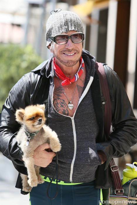 Микки Рурк отправился на прогулку со своим любимцем