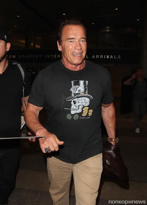 Арнольд Шварценеггер приветствует поклонников в аэропорту Лос-Анджелеса