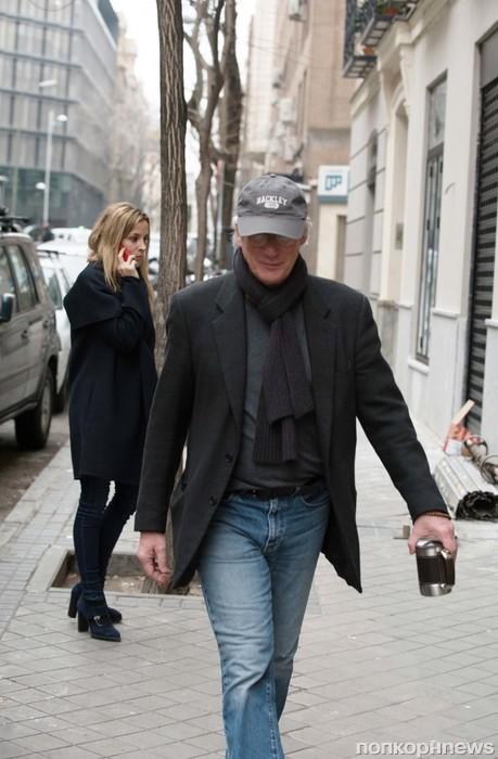 Ричард Гир на прогулке со своей девушкой