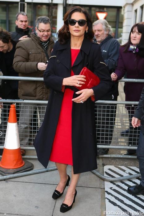 Кэтрин Зета-Джонс прибыла на радиостанцию BBC