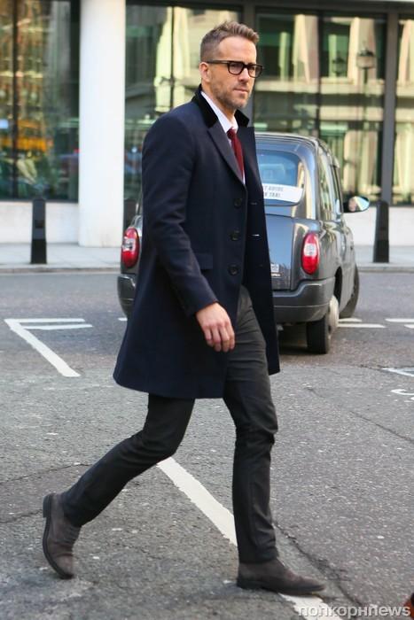 Райан Рейнольдс торопится на интервью в Лондоне