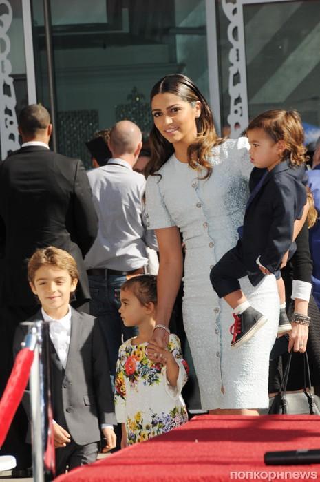 Камилла Альвес с детьми