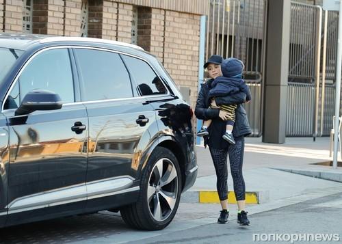Шакира направляется по делам с младшим сыном Сашей