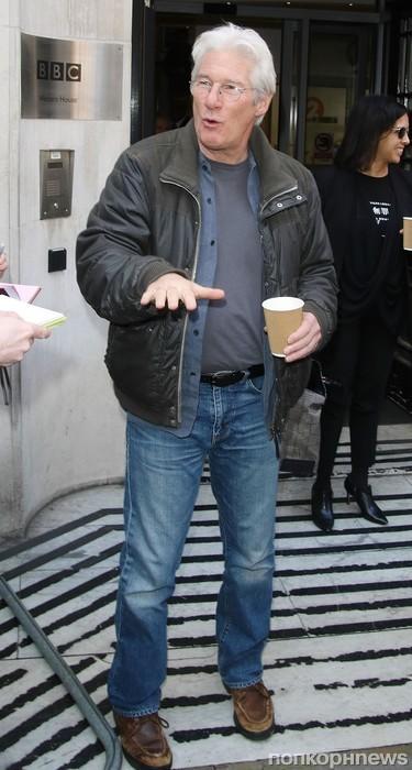 Ричард Гир прибыл на радиостанцию ВВС
