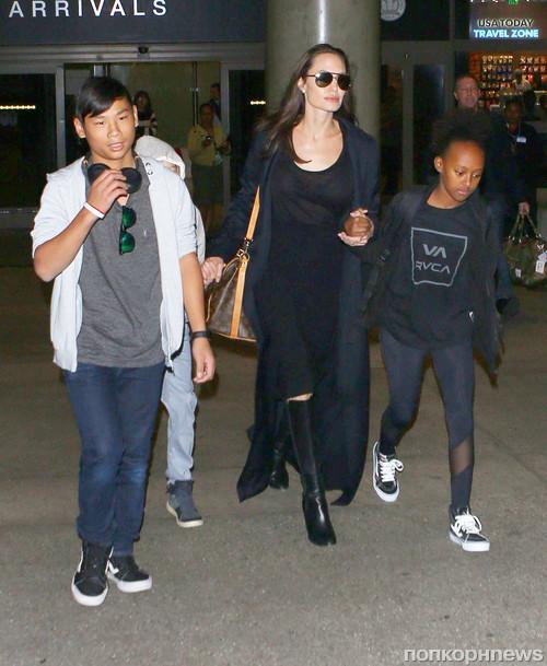 Анджелина Джоли прилетела с детьми в Лос-Анджелес