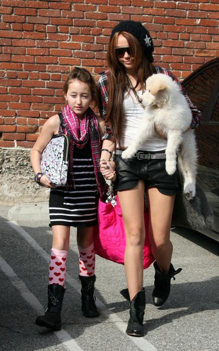 Майли Сайрус с сестрой