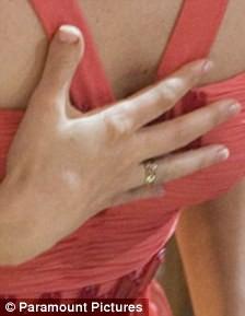 палец меган фокс