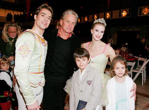 Майкл Дуглас с детьми