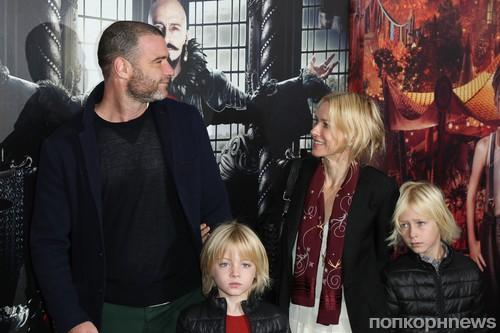 Лив Шрайбер и Наоми Уоттс с детьми
