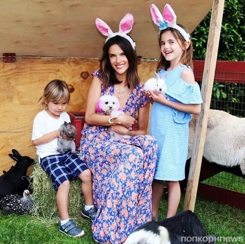 Алессандра Амбросио и ее дети предпочитают настоящих кроликов