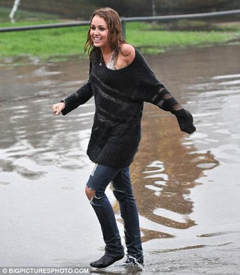 Майли после купания в фонтане
