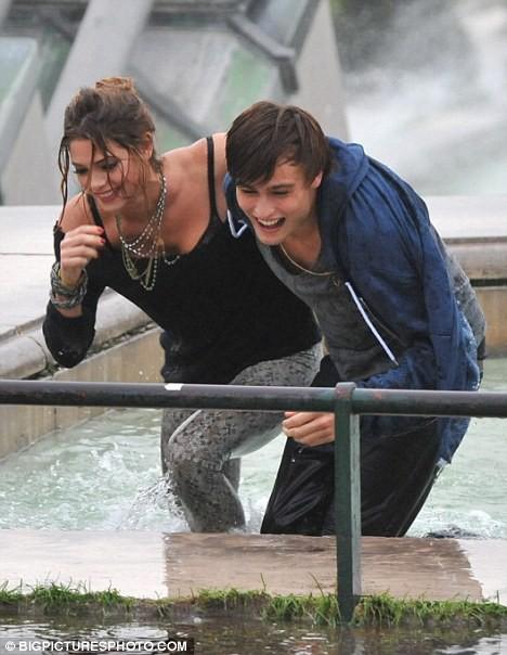 Эшли Грин и Дуглас Бут вылезают из фонтана