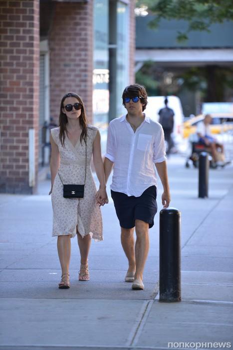 Кира Найтли на прогулке с мужем