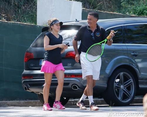 Шакира спешит на урок игры в теннис