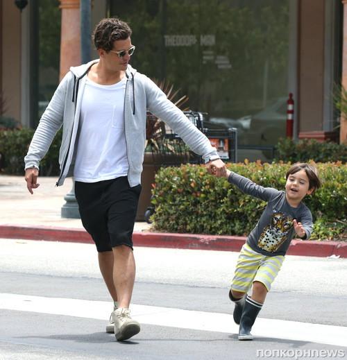 Орландо Блум отправился на прогулку со своим отцом и сыном Флинном