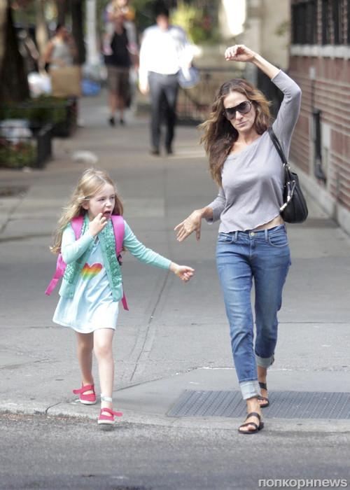 Сара Джессика Паркер на прогулке с дочерьми