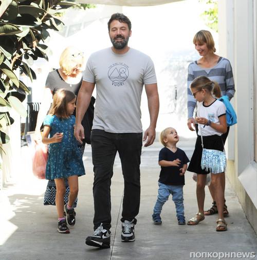 Бен Аффлек побывал с детьми на фермерской ярмарке