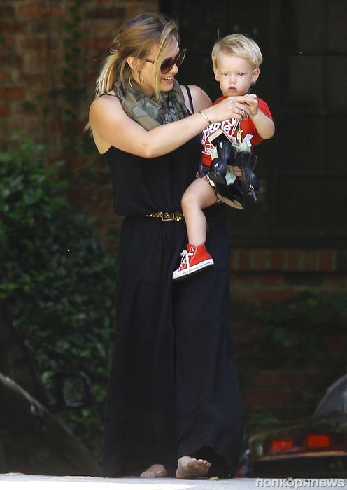 Малыш Лука устал во время прогулки со своей мамочкой Хилари Дафф